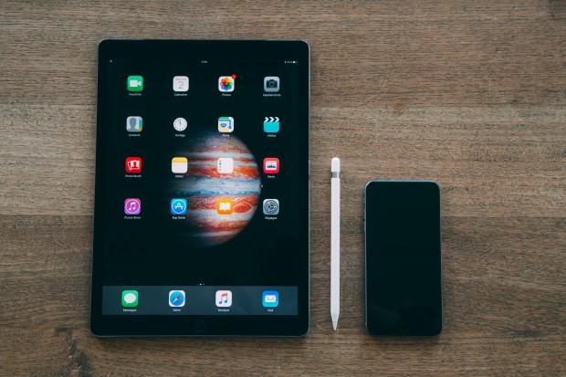 Le vide de l'écran d'accueil ... et un iPhone 6s Plus sur la droite pour la comparaison de taille. © Arnaud Laurent